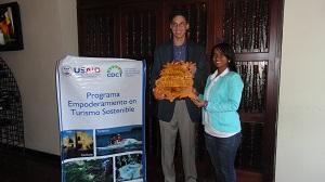 Richard Santiago de Atarazana Restaurante recibe la certificacioìn como Dominican Tresasures