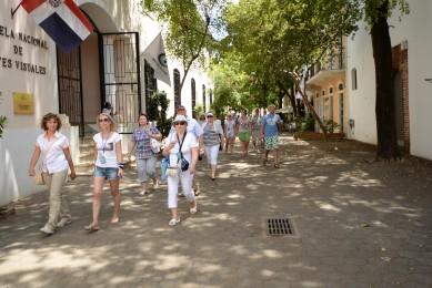 Turistas caminan por las calles de la Ciudad Colonial