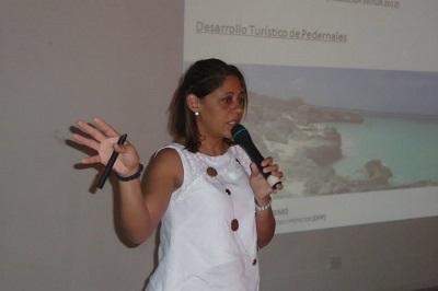 La arquitecta Maribel Villalona presentó el plan a comunicadores y representativos de Pedernales (1)