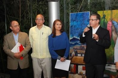 Luis José Chávez mientras anunciaba que José Rafael Sosa presidiará los premios Epifanio Latigua. Lo Acompañan Manuel Quiterio Cedeño, José Rafael Sosa y Zonia Tejada.