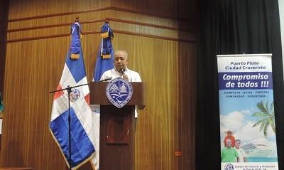 Sixto Peralta mientras dirige su discurso