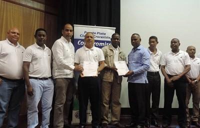 miembros de la asociacion de guias reciben certificados