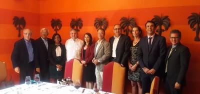 Directivos de ADOMPRETUR y de la Asociación de Hoteles de Santo Domingo tras la firma de acuerdo