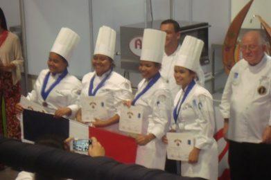 Escuela Serranía recibiendo medalla de bronce.