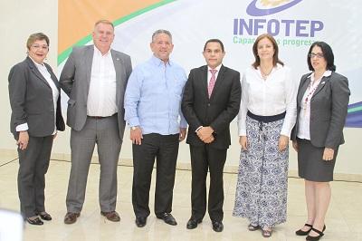 Rafael Ovalles junto a Roberto Henríquez, Angel Campillo, Adrina Santa, Rayza Pichardo y Susana Sierra