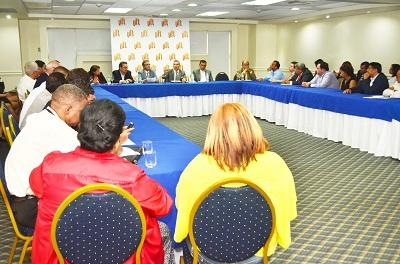 La tertulia de Adompretur reunió a periodistas con líderes del turismo y del sector aeronautico (2)